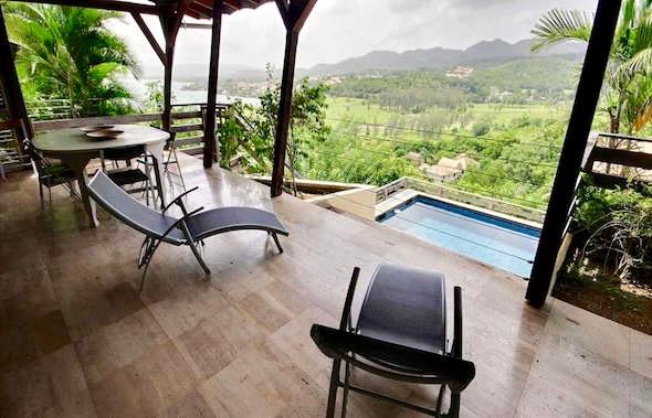 villa-martinique-trois-ilets-terrasse-vue-mer-et-piscine